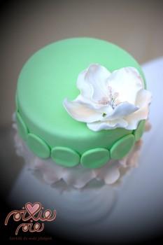 Gyöngyös virágos torta