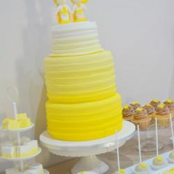 Sárga esküvői desszertasztal